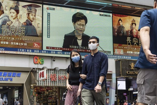 La jefa de Gobierno de Hong Kong, Carrie Lam, aparece en una pantalla publicitaria en las calles de Hong Kong