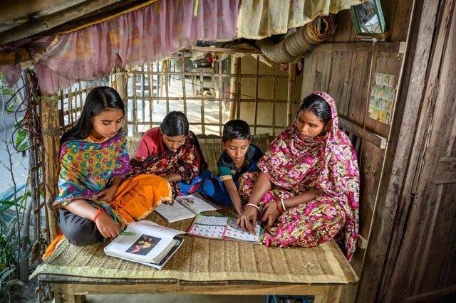 Archivo - Shabitri Das ayuda a su familia en Bangladesh
