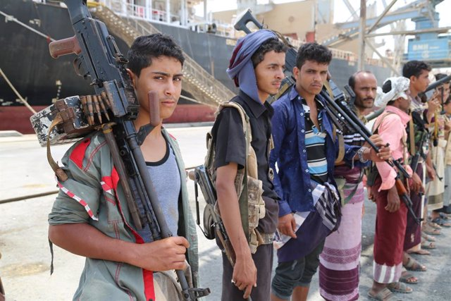 Archivo - Arxiu - Combatents huthis durant la seva retirada del port de Salif, en Hodeida