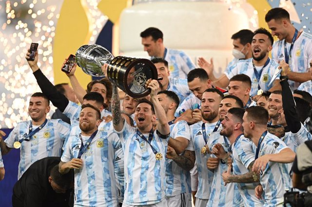 10 July 2021, Brazil, Rio de Janeiro: Argentine's Messi (C) lifts the trophy and celebrates winning the CONMEBOL Copa America Final soccer match against Brazil at The Maracana Stadium. Photo: Andre Borges/dpa