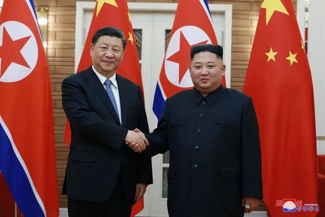 Archivo - Arxivo - Imatge d'arxiu del president de Xinesa, Xi Jinping, amb el líder norocoreano, Kim Jong Un, en 2019