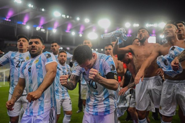 10 July 2021, Brazil, Rio de Janeiro: Argentina's Messi (C) celebrates with his teammates after winning the CONMEBOL Copa America Final soccer match against Brazil at The Maracana Stadium. Photo: Andre Borges/dpa