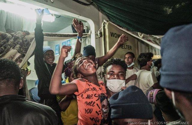 Migrantes rescatados por el buque 'Ocean Viking' de SOS Mediterranée