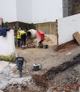 Operarios realizan obras del PFEA en un municipio de Málaga
