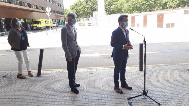 El presidente de la Generalitat, Pere Aragonès, y el conseller de Salud, Josep Maria Argimon, en rueda de prensa desde el Hospital de Bellvitge