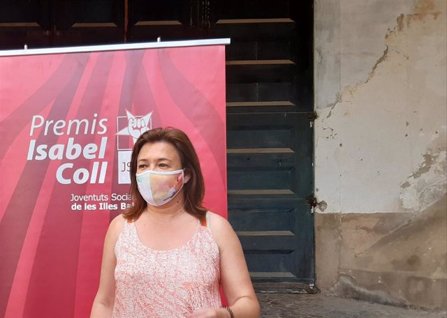 La secretaria general de Socialistas de Mallorca y consellera de Presidencia, Función Pública e Igualdad, Mercedes Garrido, atiende a los medios antes de participar en los XIII Premis Isabel Coll, organizados por Juventudes Socialistas de Baleares.