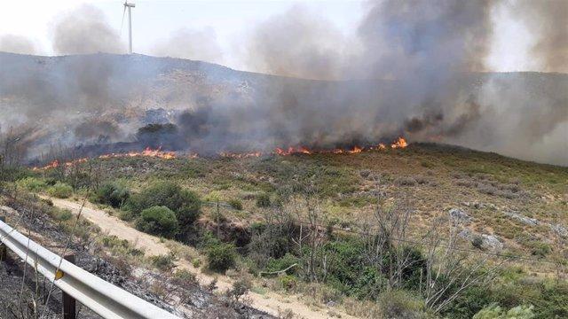 Incendio en el municipio malagueño de Cañete La Real donde trabajar efectivos del Infoca