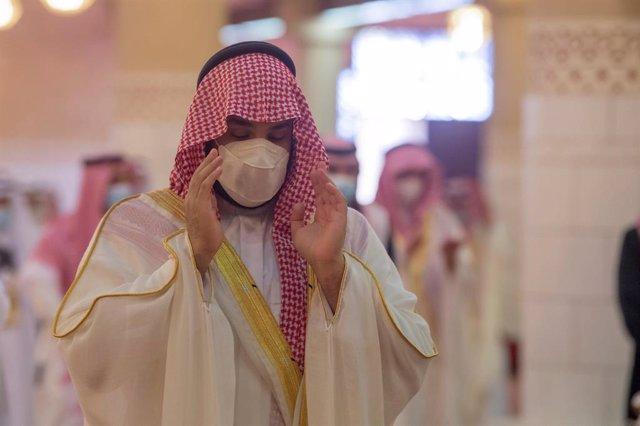 Archivo - 13 May 2021, Saudi Arabia, Riyadh: Crown Prince of Saudi Arabia Mohammed bin Salman performs Eid al-Fitr prayer at Imam Turki Bin Abdullah Grand Mosque in Riyadh. Photo: -/Saudi Press Agency/dpa