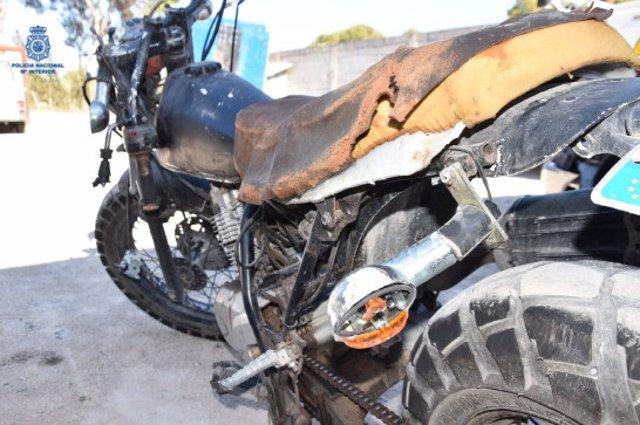 Motocicleta con daños localizada por la Policía Nacional.