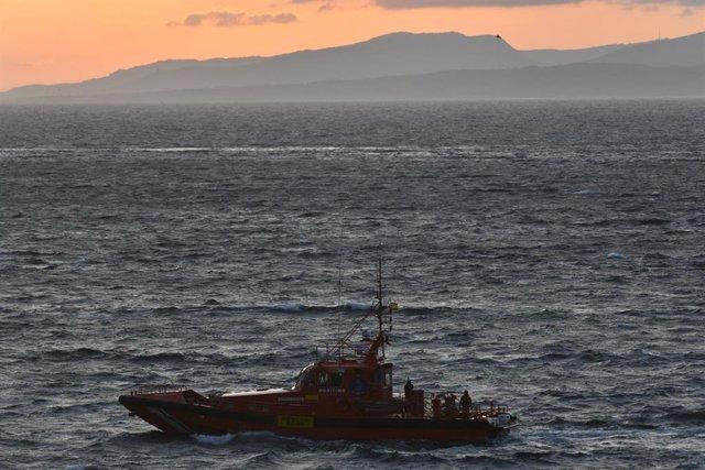 El pesquero con bandera marroquí Albatros II encalló, en la tarde noche del miércoles 17 de junio, en la costa de Ceuta, (España). Debido a un problema en la maquinaria y con un viento de poniente fuerte, ha quedado encallado entre las piedras de la costa