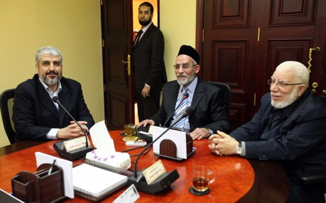 Archivo - El líder de Hermanos Musulmanes, Mohamed Badie, en el centro de la imagen, con el líder de Hamás, Jaled Meshal, a la izquierda