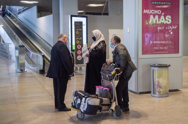 Archivo - Varias viajeros de un vuelo procedente de Casablanca (Marruecos), en la Terminal T1 del Aeropuerto Madrid - Barajas Adolfo Suárez, en Madrid (España), a 30 de marzo de 2021. La Dirección General de Aviación Civil de Marruecos, dependiente del Mi