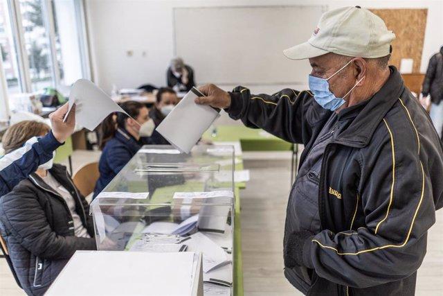 Archivo - Colegio electoral en Bulgaria