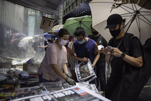 Hongkoneses comprando el último número de 'Apple Daily'