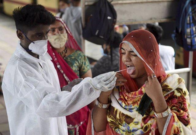 Toma de una muestra en India durante la pandemia de coronavirus
