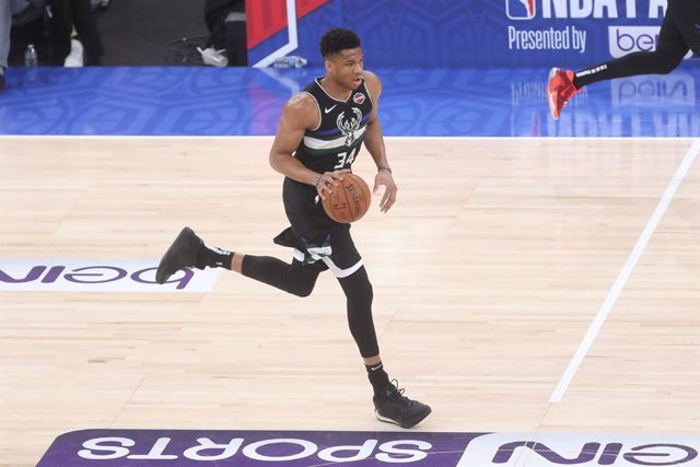 Archivo - Giannis Antetokounmpo of Milwaukee Bucks during the NBA Paris Game 2020 basketball match between Milwaukee Bucks and Charlotte Hornets on January 24, 2020 at AccorHotels Arena in Paris, France - Photo Laurent Lairys /DPPI