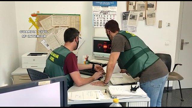 La Guardia Civil detiene en Santa Pola a un presunto estafador que contrató dos préstamos personales y tres servicios de telefonía empleando la identidad de dos amigos