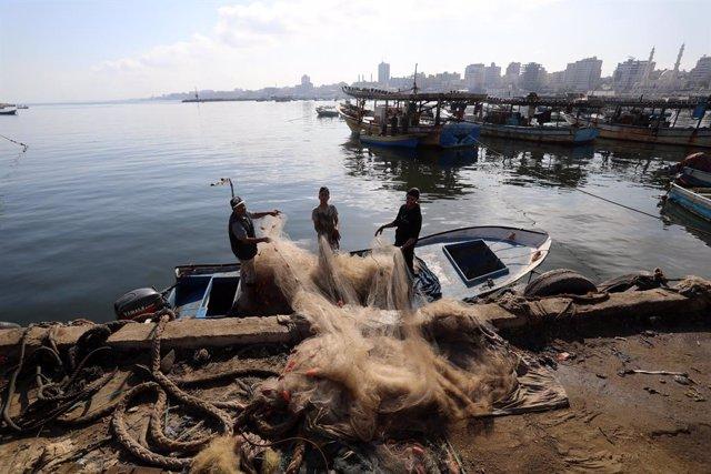 Archivo - Pescadores en el puerto de Ciudad de Gaza, en la Franja de Gaza