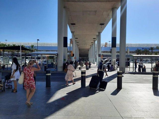 Archivo - Llegada de turistas al aeropuerto de Palma.