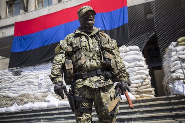 Archivo - Supuestos mercenarios rusos custodiando el ayuntamiento de Sloviansk, en Ucrania, en abril de 2014
