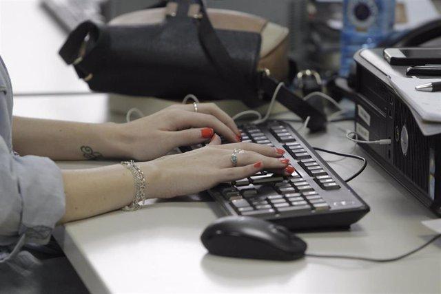 Archivo - Trabajadora con un ordenador