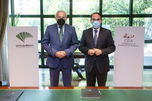 Firma de convenio entre Unicaja Banco y CEA, con la presencia de Manuel Azuaga y Javier González deLara.
