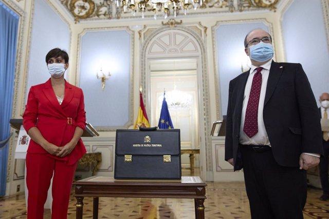 La ministra de Política Territorial i Funció Pública, Isabel Rodríguez, amb la cartera ministerial del seu predecessor, Miquel Iceta, al Ministeri de Política Territorial, a 12 de juliol de 2021, Madrid (Espanya)