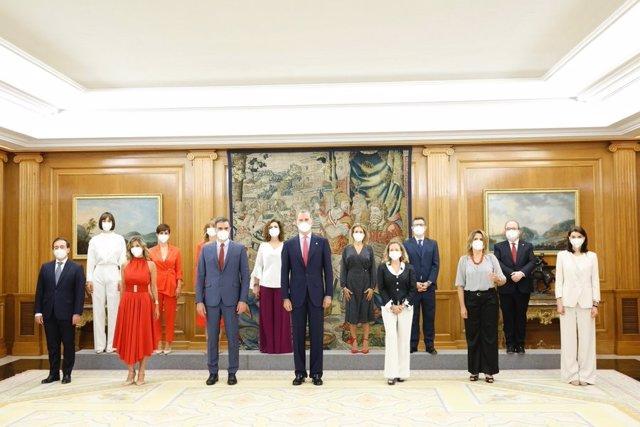 El presidente del Gobierno, Pedro Sánchez, y el rey Felipe VI posan con los doce ministros y vicepresidentas que han prometido sus cargos en el Palacio de la Zarzuela.