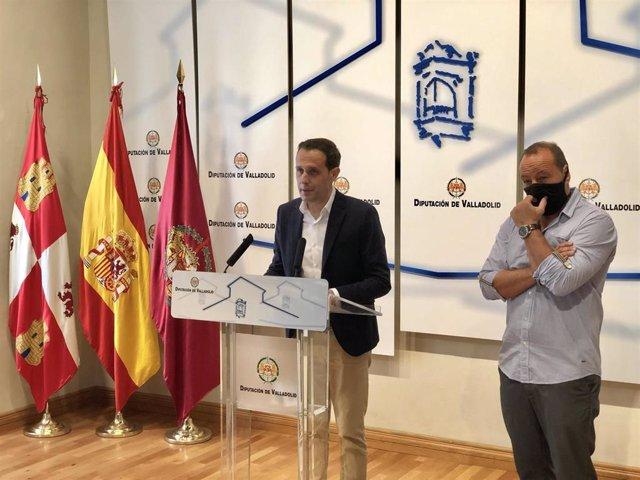 El presidente de la Diputación de Valladolid, Conrado Íscar, comparece en rueda de prensa junto al presidente de la Asociación Pajarillos Educa, Alberto Rodríguez.