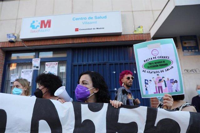 Protestas a las puertas del centro de salud Villaamil en el distrito de Tetuán tras el anuncio de su cierre, a 29 de junio de 2021, en Madrid, (España).