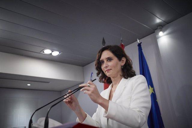 La presidenta de la Comunidad de Madrid, Isabel Díaz Ayuso, durante una rueda de prensa posterior a su reunión con el presidente del Gobierno en el Palacio de la Moncloa, a 9 de julio de 2021, en Madrid (España). La reunión entre la presidenta madrileña y