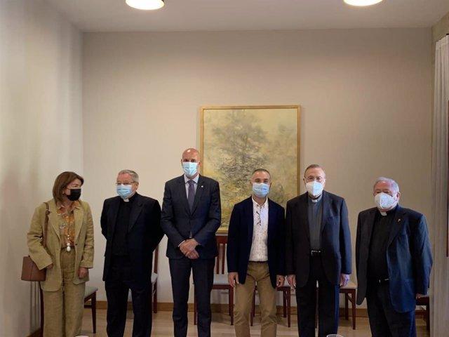 El alcalde de León, José Antonio Diez, y el concejal de Participación Ciudadana, Nicanor Pastrana, junto a los representantes eclesiásticos en la organización de Las Cabezadas.