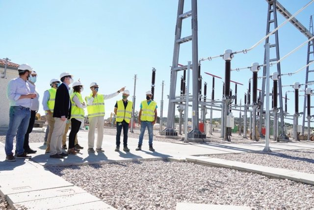 La consejera de Transición Ecológica y el alcalde de Cáceres visitan la nueva subestación eléctrica de Arenales
