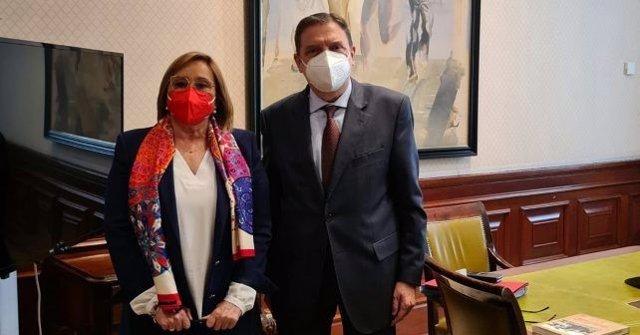 El ministro de Agricultura, Luis Planas, y la coordinadora general del PSOE de Huelva y diputada nacional, María Luisa Faneca.