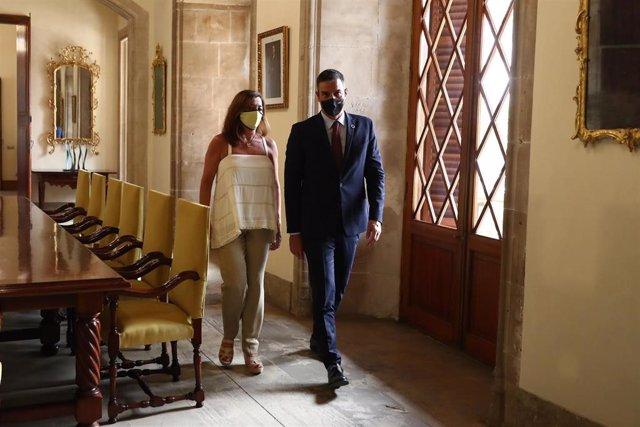 Archivo - La presidenta del Govern, Francina Armengol, recibe al presidente del Gobierno, Pedro Sánchez, en el Consolat de Mar.