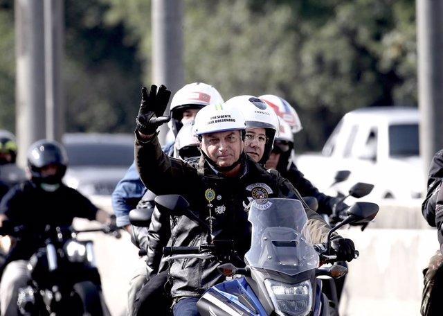 12 June 2021, Brazil, Sao Paulo: Brazilian President Jair Bolsonaro takes part in bike ride with supporters. Photo: Paulo Lopes/ZUMA Wire/dpa