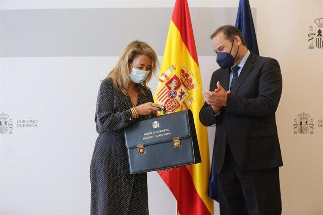 La nueva ministra de Transportes, Movilidad y Agenda Urbana, Raquel Sánchez, recibe la cartera ministerial de su predecesor, José Luis Ábalos, en la sede ministerial, a 12 de julio de 2021, en Madrid (España). El traspaso de carteras se efectúa después de