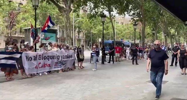 Manifestants pro i anti règim cubà es concentren davant el consolat de Barcelona