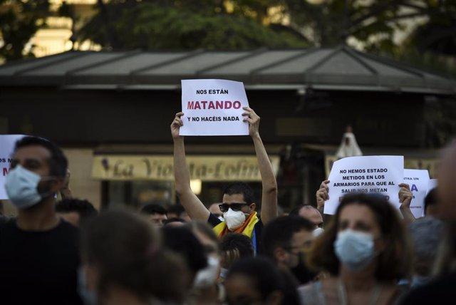 Un joven durante una manifestación para condenar el asesinato de un joven de 24 años el pasado sábado en A Coruña debido a una paliza