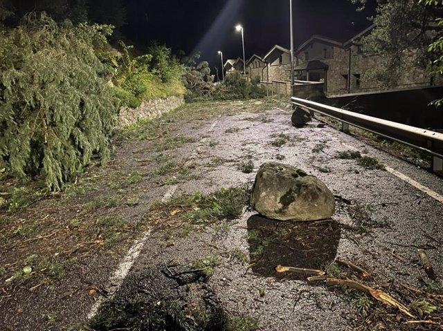 La carretera entre la Plana y Comella Park de Andorra después del episodio de viento.