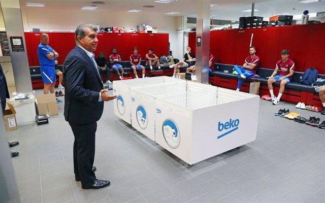El presidente del FC Barcelona, Joan Laporta, visita a la plantilla del primer equipo en el primer día de entrenamientos de la pretemporada 2021/22, con el entrenador, Ronald Koeman, presente
