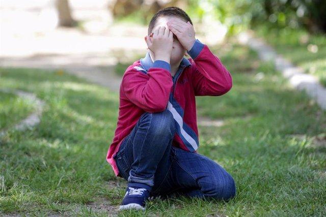 Archivo - Un niño con Síndrome de Down juega en el parque.
