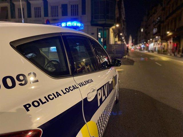 Archivo - Un coche de Policía Local de València durante el dispositivo especial con motivo de la noche de Halloween