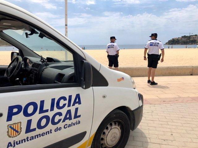Archivo - Una patrulla de la Policía Local de Calvià en una de las playas del municipio.