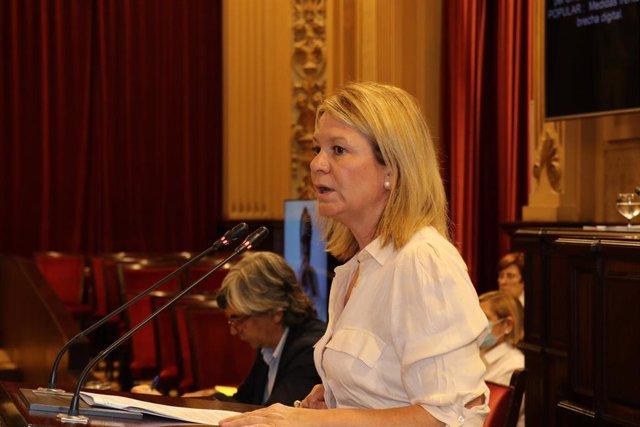 Archivo - La diputada del PP Nuria Riera en una intervención en el Parlament