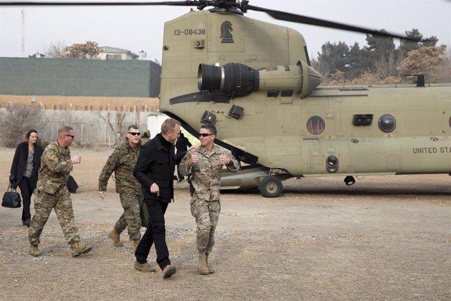 Archivo - El general estadounidense Scott Miller, jefe de las fuerzas de Estados Unidos en Afganistán, recibe a Patrik Shanahan en una visita a Kabul