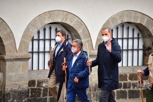 (I-D) El ministro de Agricultura, Pesca y Alimentación, Luis Planas; el presidente de Cantabria, Miguel Ángel Revilla, y el Rey Felipe VI a su llegada a la ceremonia de apertura del Año Jacobeo 2021-2022, a 12 de julio de 2021, en Roncesvalles, Navarra, (
