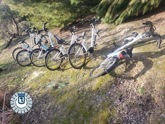 Archivo - Pillan a un grupo de menores desguazando bicicletas de BiciMad en un parque de Madrid