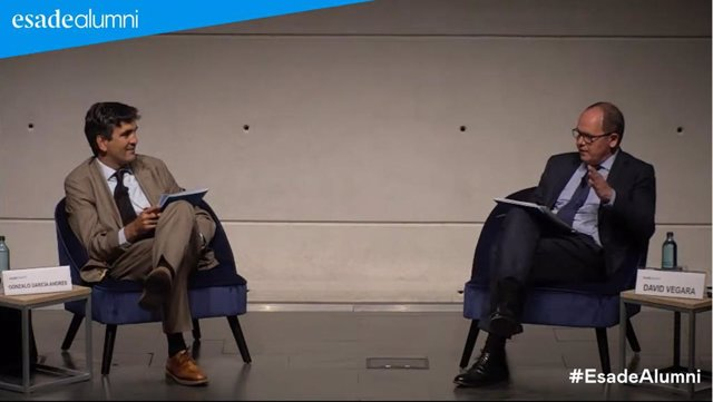 El secretario de Estado de Economía y Apoyo a la Empresa, Gonzalo García Andrés, y el director de riesgo y consejero ejecutivo de Banco Sabadell, David Vegara, durante un debate organizado por Esade Alumni