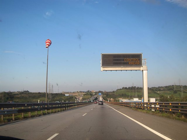 Archivo - Señal de radar de velocidad en una carretera.